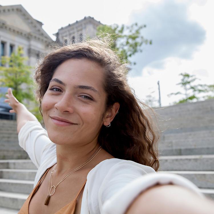 Nokia-Lumia-730-Dual-SIM-selfie